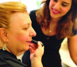 Jacques Janine e Laramara promovem curso de auto maquiagem para pessoas cegas.
