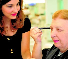 Muito Além da Beleza - Curso de automaquiagem para mulheres com deficiência visual chega a Santos.